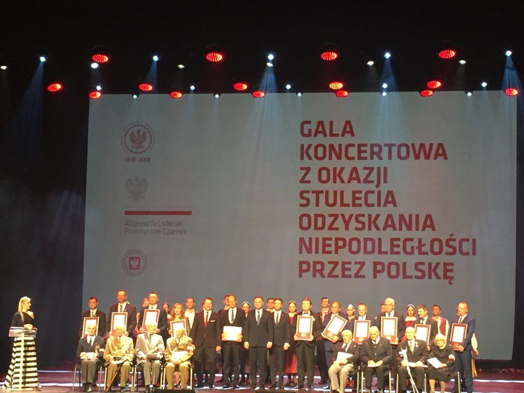 Poseł Zawiślak, jako Prezes ŚZŻAK Okręg Zamość, w imieniu członków Związku, podczas Gali Koncertowej zorganizowanej w Lublinie z okazji stulecia odzyskania niepodległości przez Polskę odebrał wyróżnienie za wzorową pracę na rzecz krzewienia patriotyzmu wśród społeczeństwa