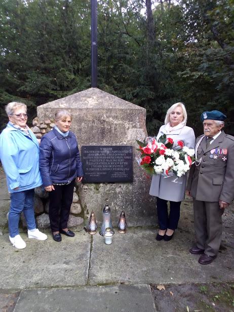 Porządkowanie pomników pamięci przez Koło Rejonowe ŚZŻAK w Hrubieszowie